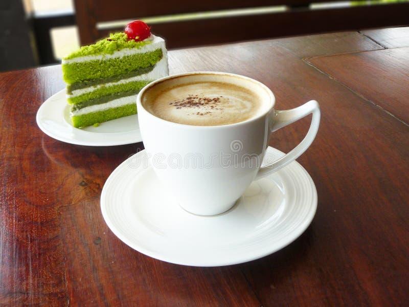 热的咖啡热奶咖啡和层数绿茶结块 库存照片