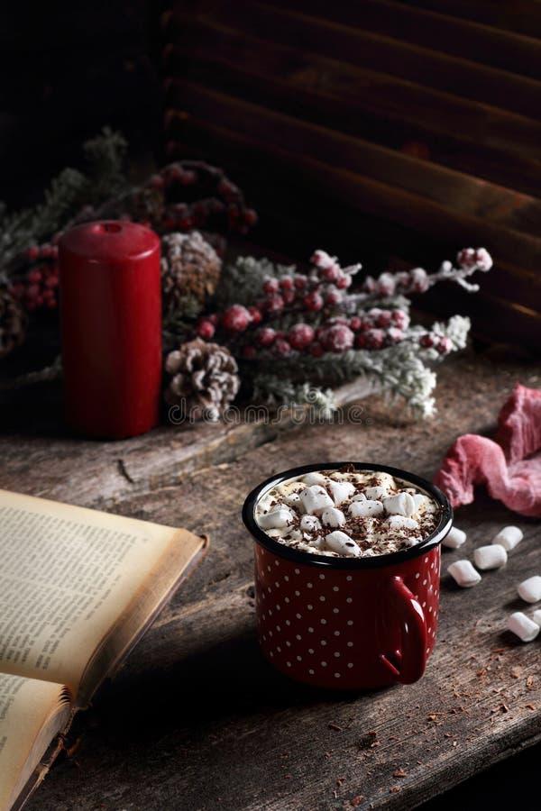 热的咖啡用蛋白软糖和巧克力 免版税库存照片
