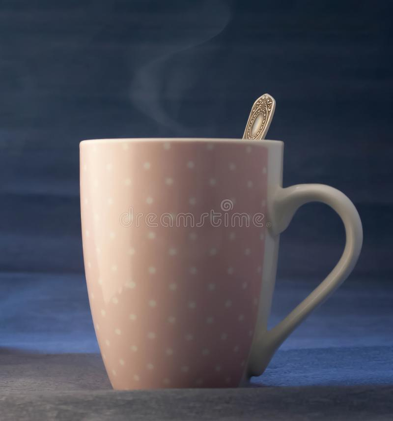 热的咖啡,茶,饮料,桃红色杯子 免版税库存照片