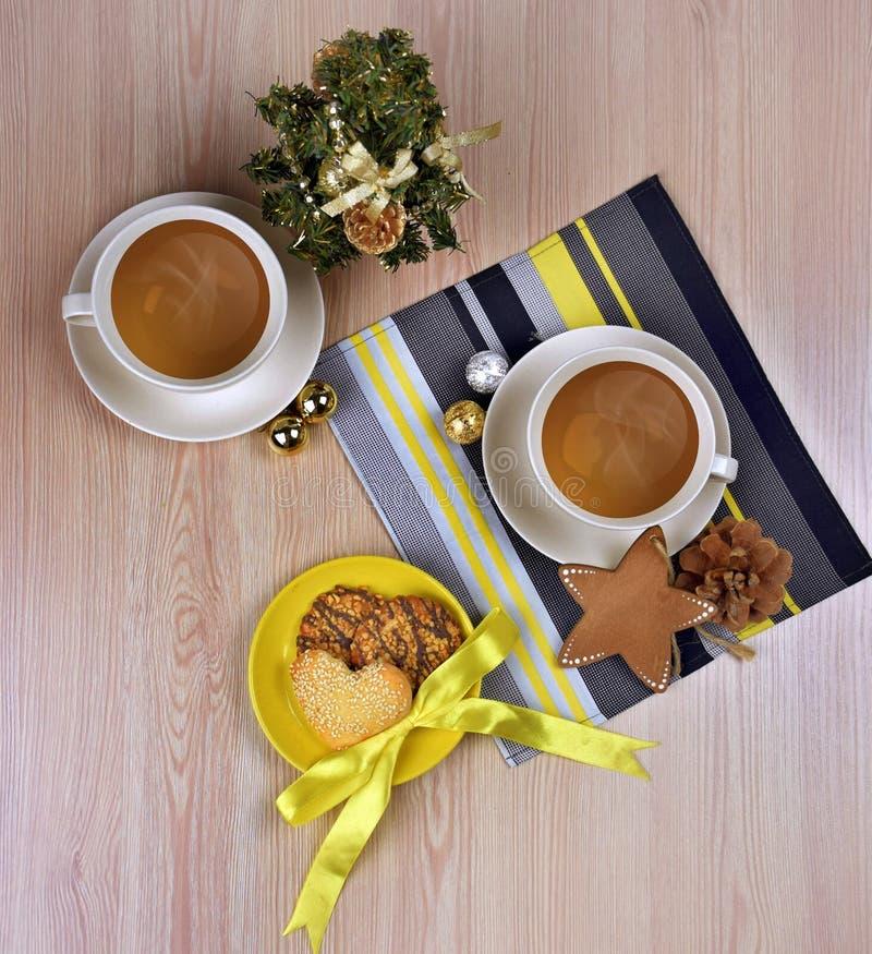 热的咖啡/茶,在木背景的香料 圣诞节 Comf 库存照片