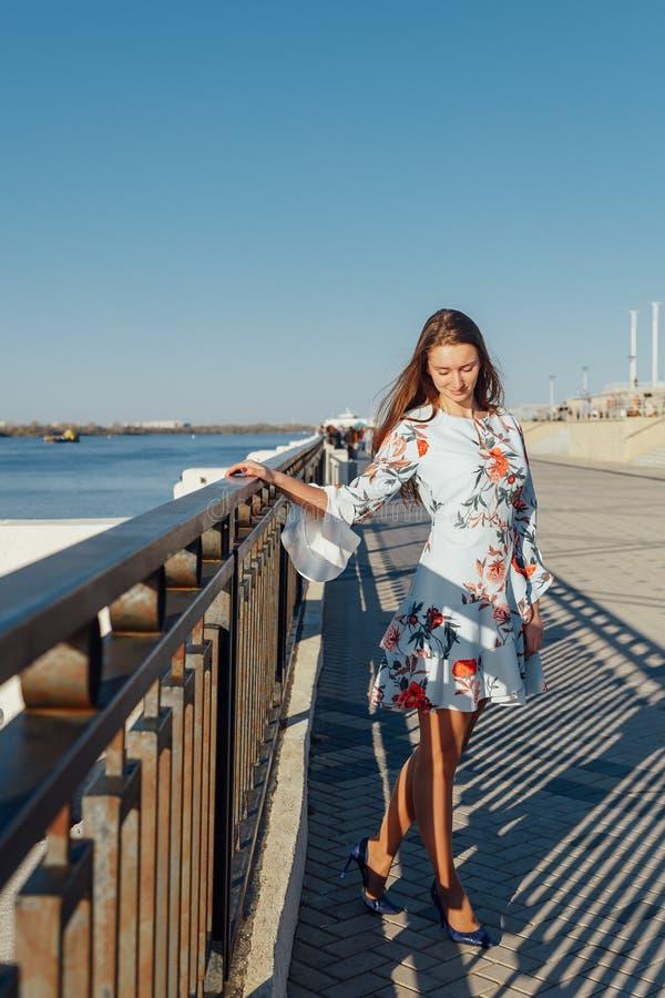 热的夏天女孩秀丽性感的夫人穿时尚丝绸礼服便服 库存图片