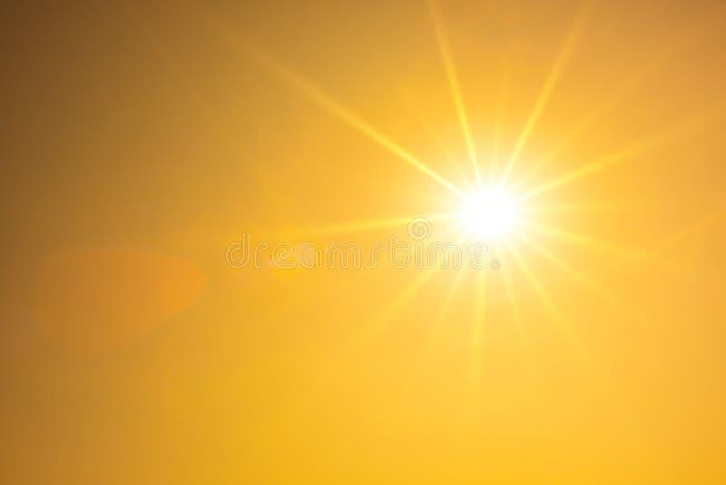 热的夏天或热波背景,与发光的太阳的橙色天空 免版税库存图片