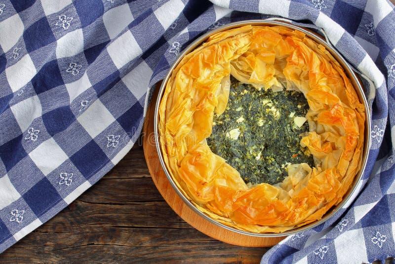 热的希腊菠菜希腊白软干酪饼 库存图片