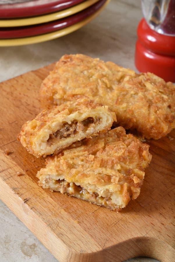 热的新鲜的被充塞的马铃薯煎饼 免版税库存图片
