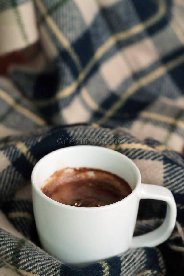 热的无奶咖啡或阿梅里卡诺咖啡有蓝色羊毛围巾背景 免版税库存照片