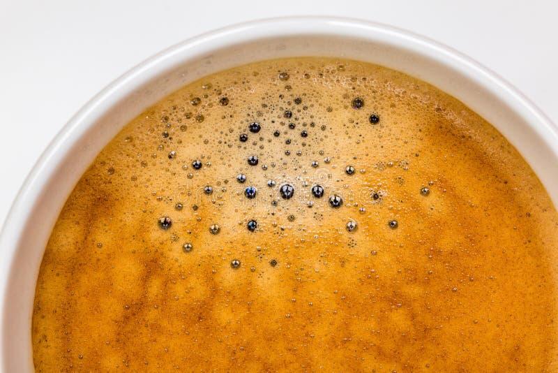 热的无奶咖啡细节与泡沫的在有w的白色杯子起泡 免版税图库摄影