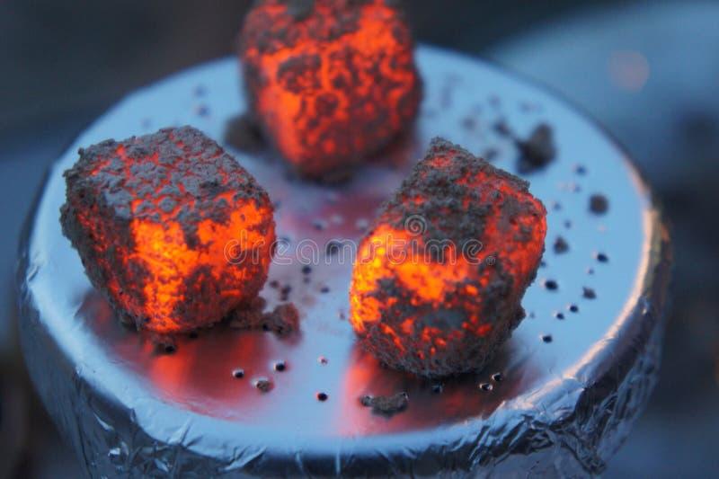 热的水烟筒煤炭,升煤炭水烟筒、水烟筒瓦片、热、火、热的煤炭、碗用烟草和煤炭的 免版税图库摄影