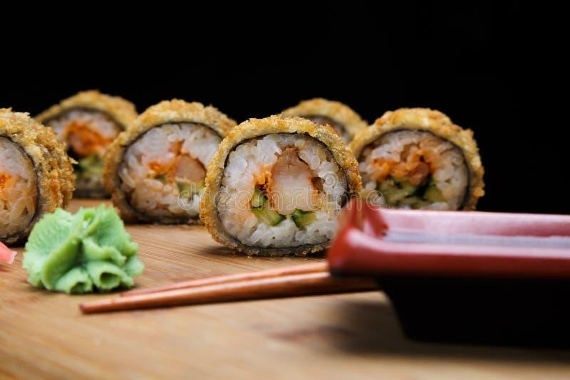 热的油煎的寿司卷用虾和鱼子酱 免版税库存照片
