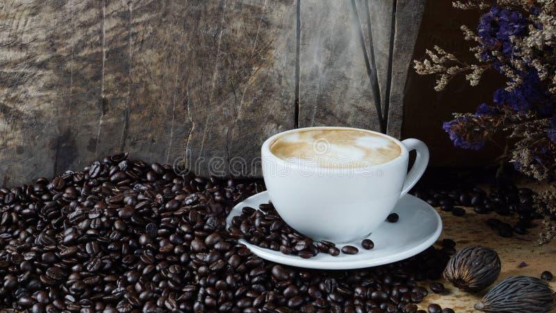 热的热奶咖啡用放出的牛奶 免版税库存图片