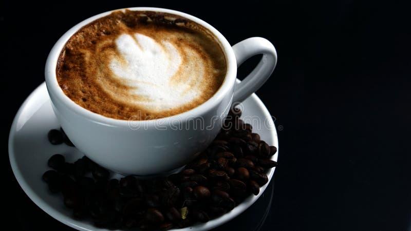 热的热奶咖啡用放出的牛奶 图库摄影