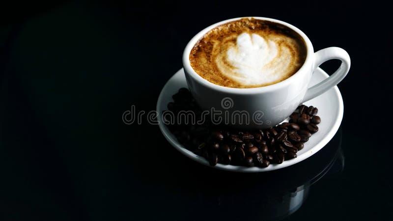 热的热奶咖啡用放出的牛奶 免版税库存照片