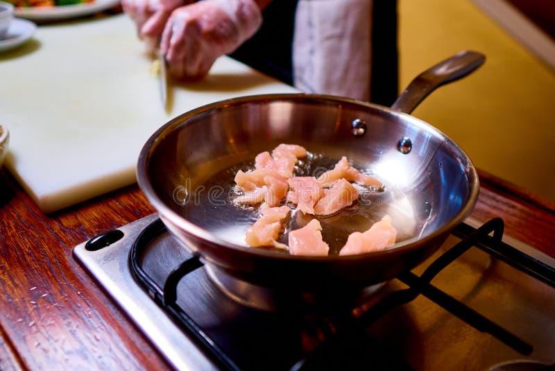热的煎锅用在火炉的肉 E 库存照片