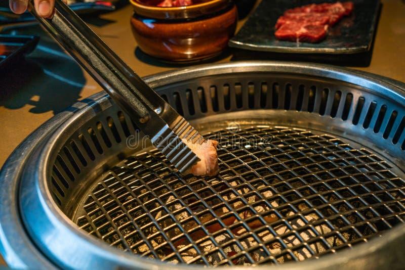 热的煤炭火炉特写镜头日本风格烤肉yakiniku的 图库摄影