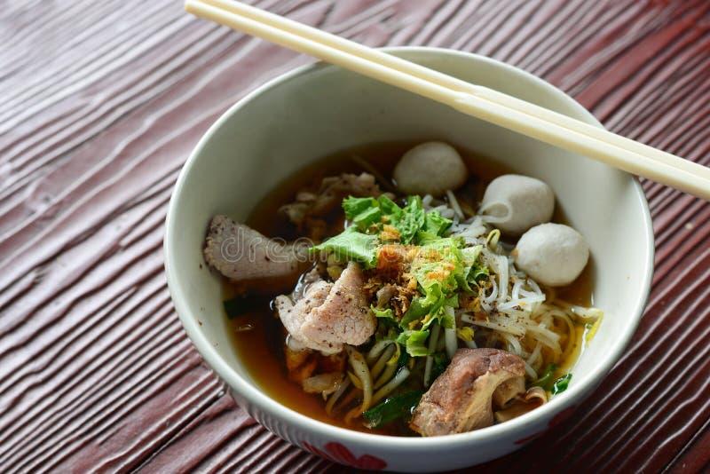 热的猪肉面条,亚洲盘 库存照片
