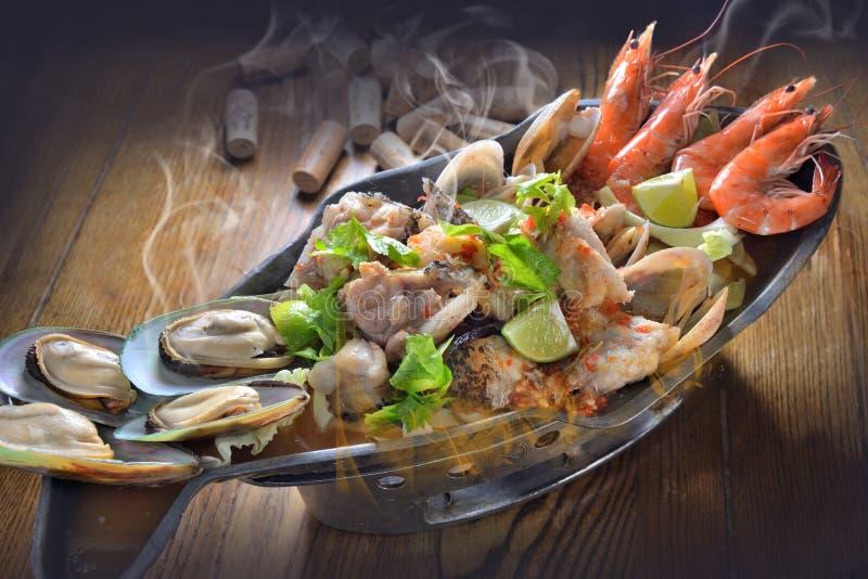 热的罐海鲜盛肉盘 免版税图库摄影