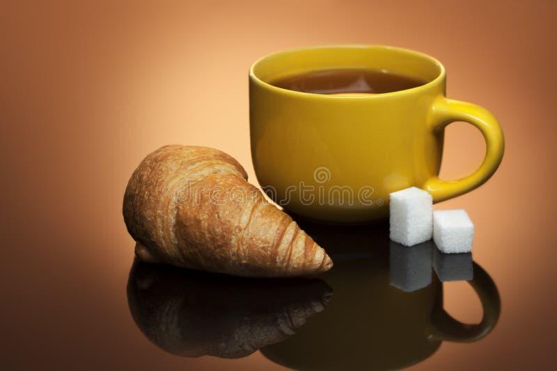 热的茶和新月形面包 免版税库存照片