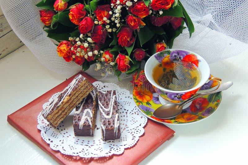 热的茶和饼干蛋白甜饼 库存图片