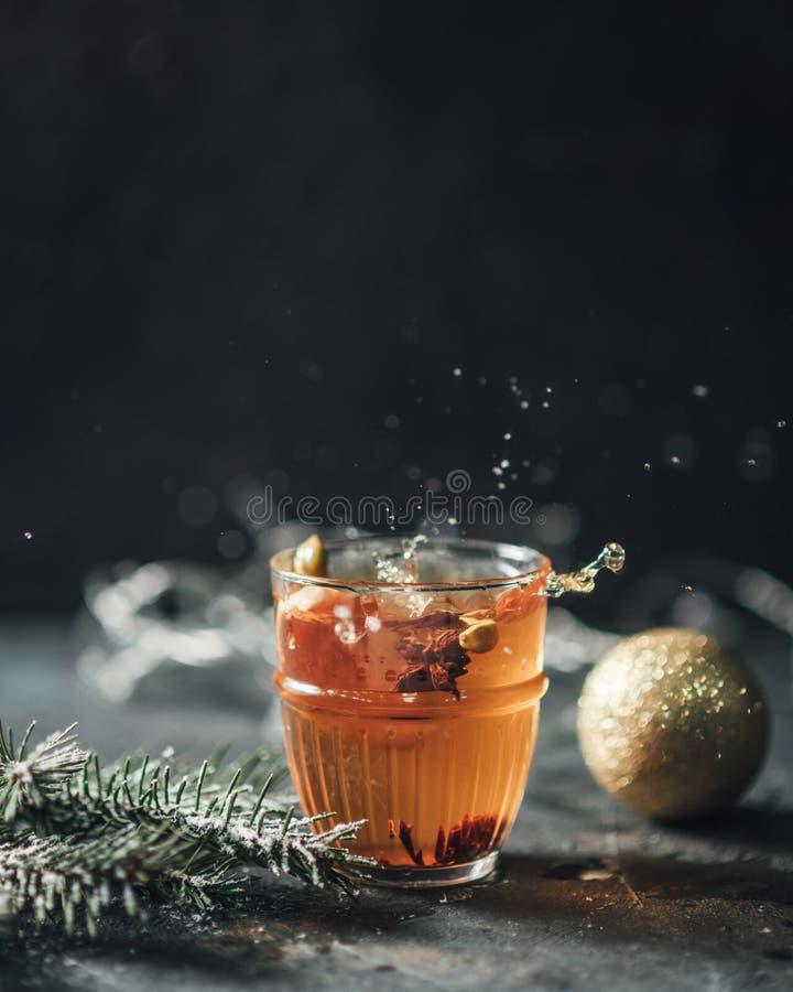 热的茶在黑暗的背景飞溅 免版税库存照片
