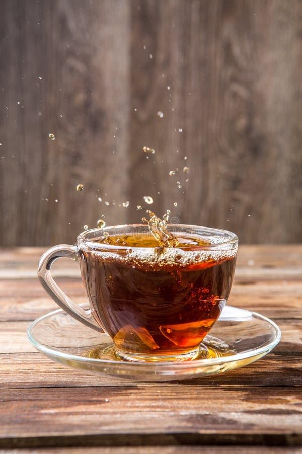 黑热的茶溢出  库存照片