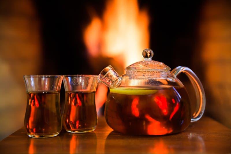 热的茶用在壁炉附近的柠檬 不可思议的舒适晚上概念 复制空间 免版税库存图片