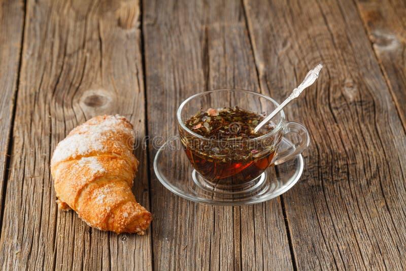 热的茶用草本和新月形面包 库存图片