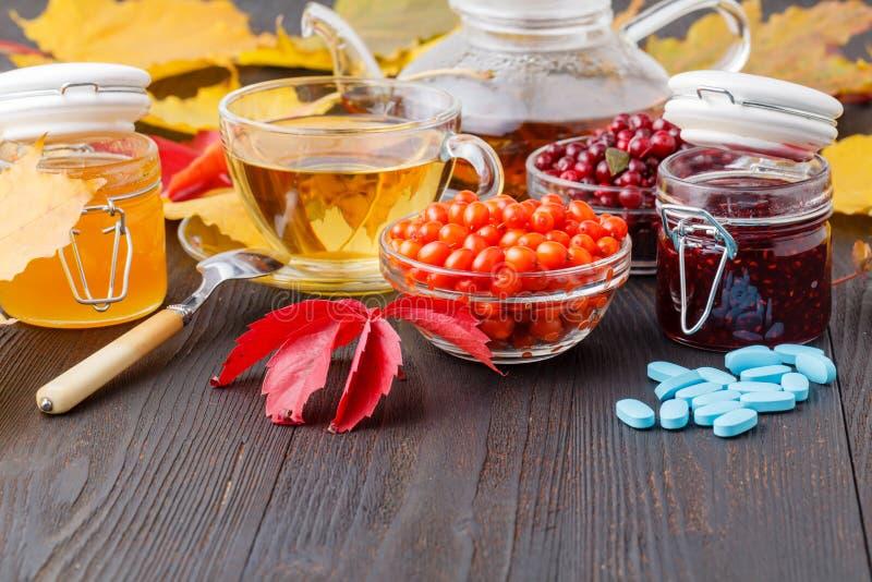 热的茶用莓果,民间补救,片剂,海buc的治疗 库存照片