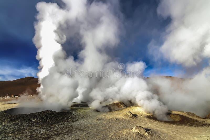 热的蒸汽水池geysersat Sol de马纳娜,玻利维亚 免版税库存照片
