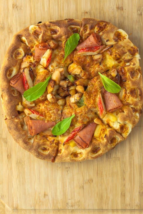 Download 热的薄饼有菠萝、火腿和甜椒顶视图 库存图片. 图片 包括有 新鲜, 成份, 草本, 地中海, 剪切, 胡椒 - 62532443
