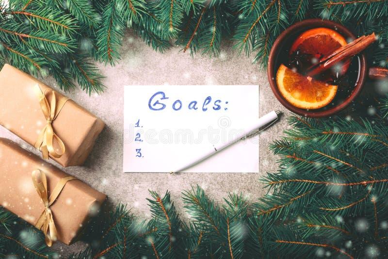 热的被仔细考虑的酒,圣诞树,礼物,锥体,做名单 免版税库存照片