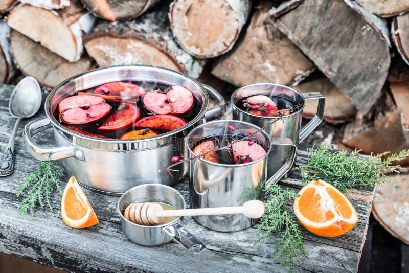 热的被仔细考虑的酒室外在罐-冬天或秋天野餐 免版税库存图片