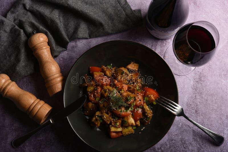 热的辣炖煮的食物茄子、甜椒、蕃茄和雀跃 平的位置 顶视图 库存图片