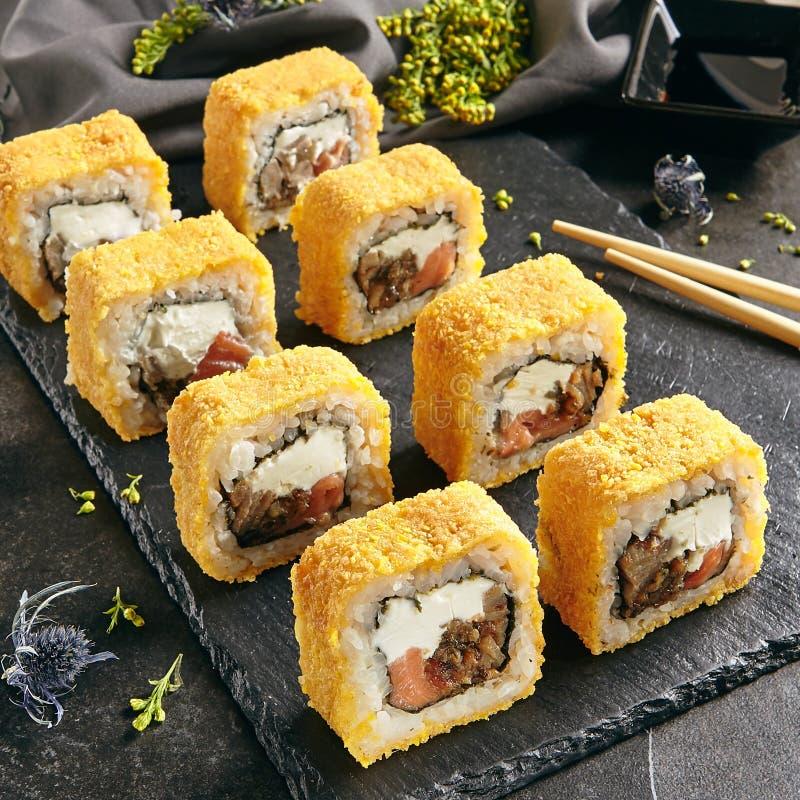 热的酥脆寿司罗尔斯用里面三文鱼和乳脂干酪 免版税图库摄影