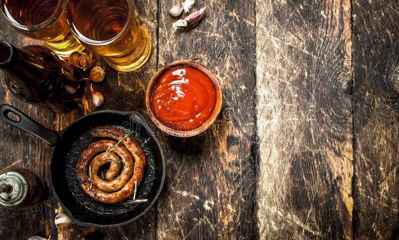 热的香肠用冰镇啤酒 免版税库存照片