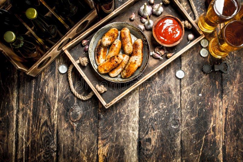 热的香肠用冰镇啤酒 免版税图库摄影