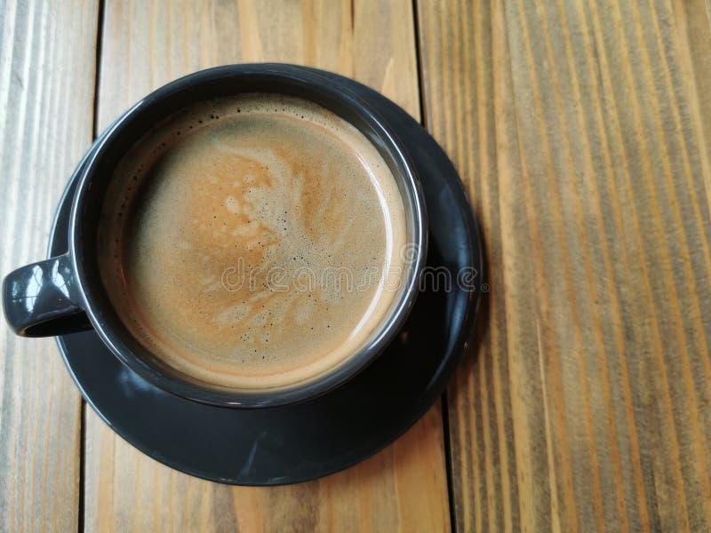 热的americano咖啡,与早餐的早晨茶点 库存图片