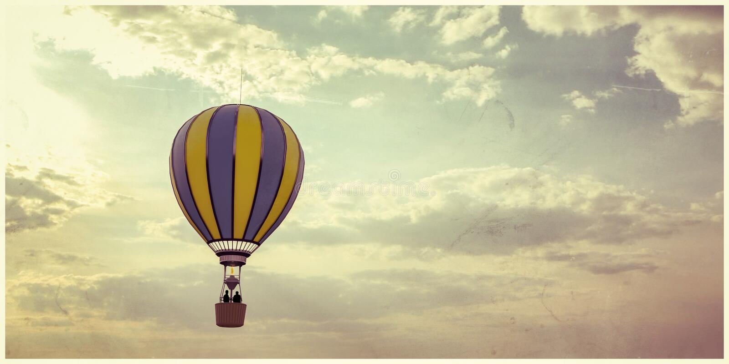 热空气在天空的气球飞行 免版税库存图片