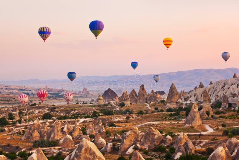 热空气在Cappadocia土耳其的气球飞行 免版税图库摄影