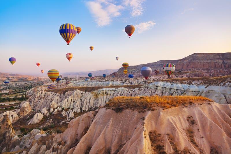热空气在Cappadocia土耳其的气球飞行 免版税库存照片