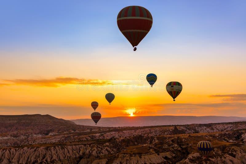 热空气在Cappadocia土耳其的气球飞行 图库摄影