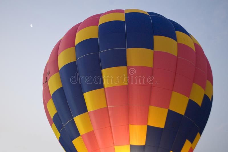 热空气气球和月亮 免版税库存照片