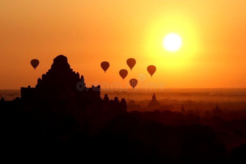 热空气气球在缅甸的一个寺庙上漂浮 免版税库存照片