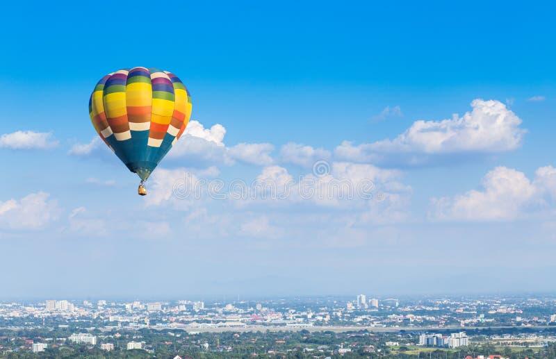 热空气气球有蓝天背景 免版税库存照片