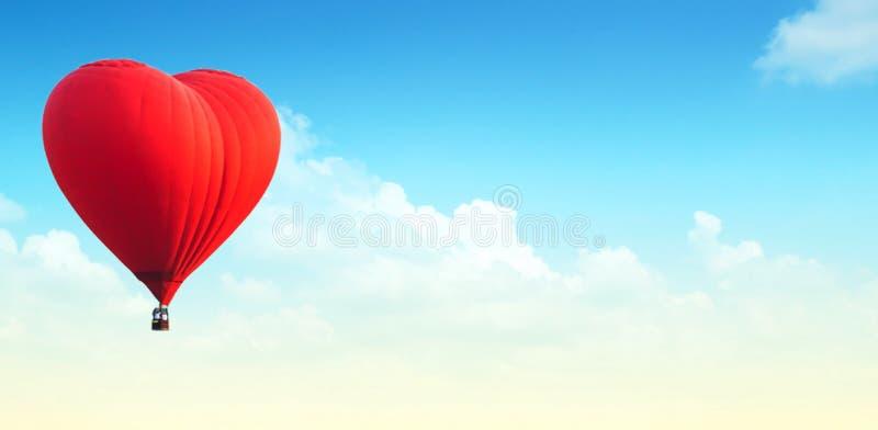 热空气气球迷离在全景蓝天和云彩的做了wi 免版税库存照片