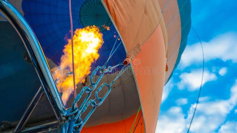 热空气气球飞行在卡帕多细亚,土耳其 库存照片