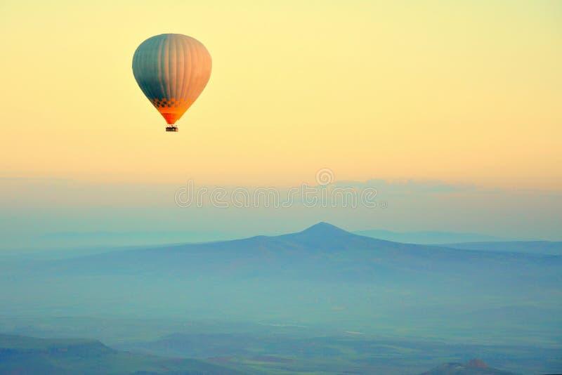 热空气气球飞行 免版税图库摄影