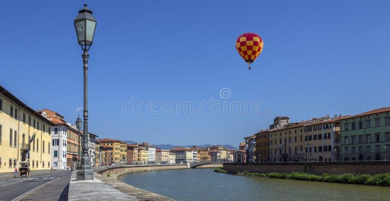 热空气气球-比萨-意大利 免版税库存照片