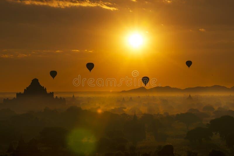 热空气迅速增加在Dhammayangyi寺庙在日出, Bagan,缅甸 库存照片