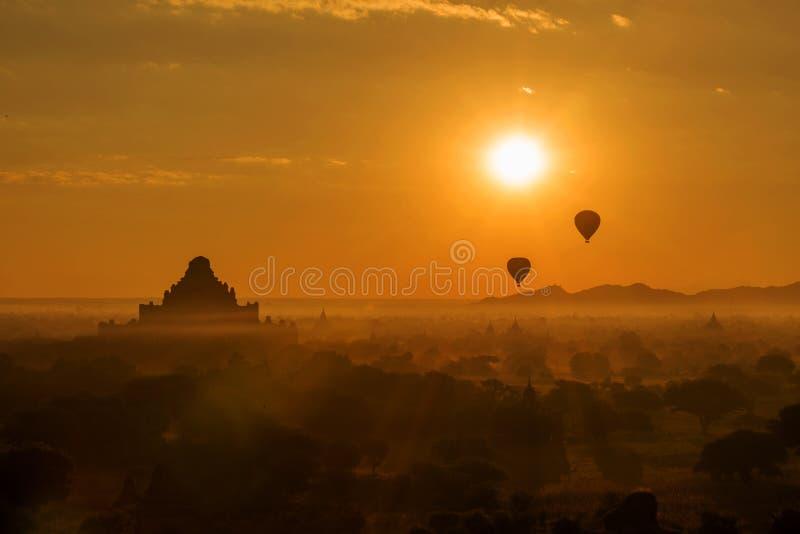 热空气迅速增加在Dhammayangyi寺庙在日出, Bagan,缅甸 免版税图库摄影