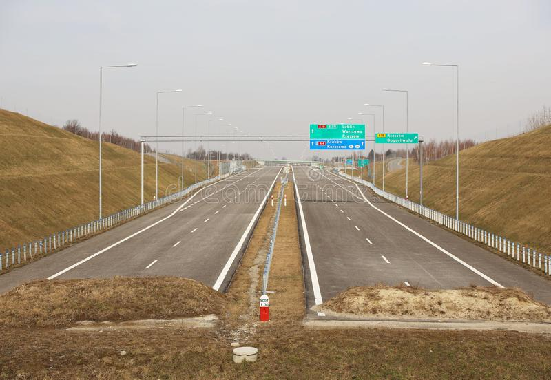 热舒夫,波兰- 3 3 2019年:有竖立路标的标志的未完成的双线高速公路 没有汽车的新的路 发展  库存图片
