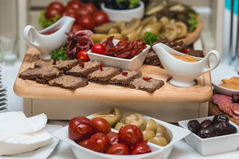 热诚的猪油用大蒜服务用在桌上的新鲜面包 库存图片